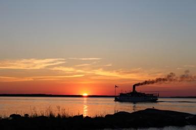 Blidösund stävar hemåt i solnedgången